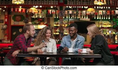 restaurant, multinational, amis, photos, compagnie, regarder, sourire, téléphone, rire., discuter