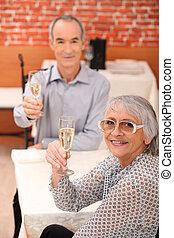 restaurant, paar, bejaarden, anderen, elke, het roosteren