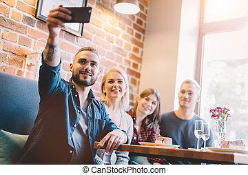 restaurant., personengruppe, selfie, zusammen, nehmen