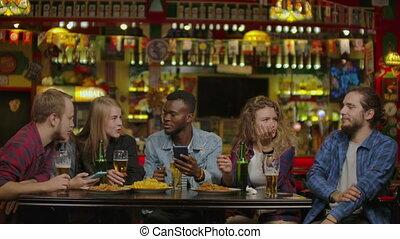 restaurant, prendre, selfie, amis, ou, bar., heureux