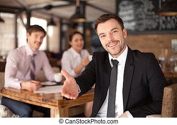 restaurant., séance, donner, jeune, main, closeup, fond, élégant, sourire, collègues, homme