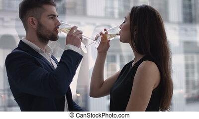 restaurant, vacances, concept, restaurant, couple, -, regarder verre, autre, chaque, sourire, champagne