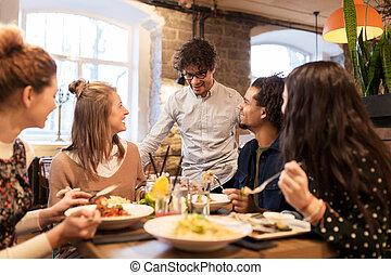 restaurante, feliz, comer bebida, amigos