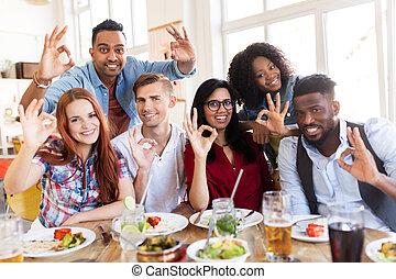 restaurante, feliz, sinal, mão, mostrando, ok, amigos