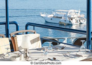 restaurante, jantando tabela, com, um, vista, de, iates, em, a, baía