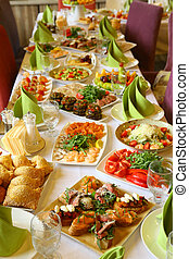 restaurante, largo, tabla, servido, con, comida de refrigerio, bebida