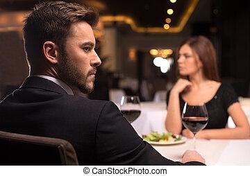 restaurante, par, sentando, olhando jovem, words., pensativo, não, afastado, mais