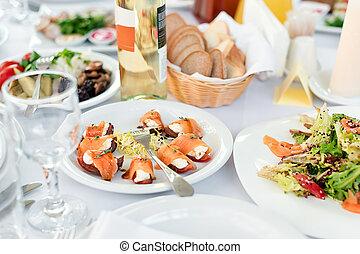restaurante, tabla, con, comida., sabroso, aperitivos, salads., diferente, comidas, para, el, huéspedes, en, el, boda, tabla