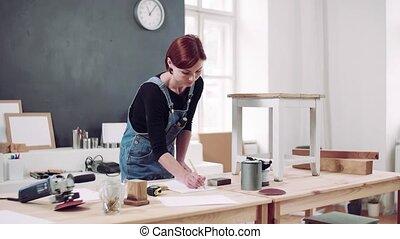 restaurer, jeune, furniture., intérieur, vieille femme
