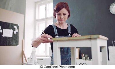 restaurer, vieille femme, jeune, furniture., intérieur