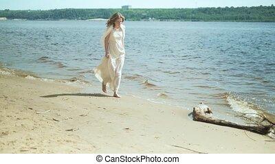 rester, femme, robe, ensoleillé, fleur, plage blanche, jour