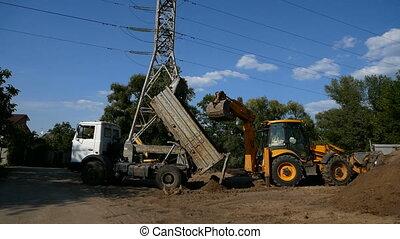restes, décharger, sol, seau, site, dumper, sable, construction, camion, route, works., pendant, déchargement, ou, tracteur, aides