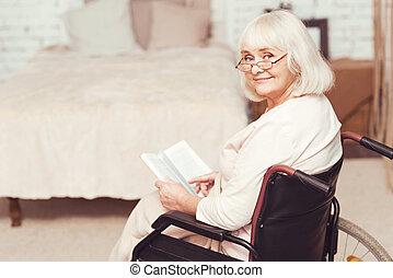 retiré, fauteuil roulant, charmer, livre, maison, lecture, dame