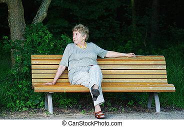 retiree, sittande, allena, på, parkera bänken