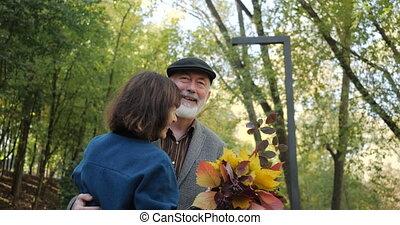 retirement., actif, couple, personnes agées, beau, -, parc, lent, vie, heureux, après, danse, automne, ruelle, motion., moderne