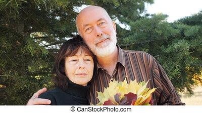 retirement., moderne, actif, motion., pin, lent, -, après, couple heureux, étreint, automne, personnes agées, family., sous, vie, arbre