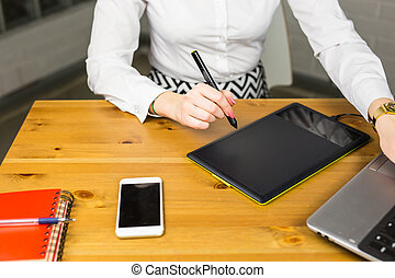 retoucher, close-up, concept, aan het werk werkkring, mensen, fotografie, zittende , laptop., creatief, zakelijk, desk., ontwerper, tablet, vrouwlijk, digitale , grafisch, of, reclame