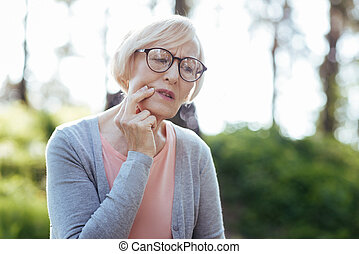 retraité, embarrassé, avoir, toothache, dehors