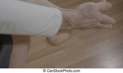 retraité, lui-même, délassant, reflexotherapy, pieds, maison, masage, homme