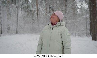 retraité, repos, femme, weather., vieilli, content, rose, hiver, elle, regarder, sourire., heureux, debout, tête, femme, bois, main, mettre, manteau, casquette, haut, forêt, beige, avoir