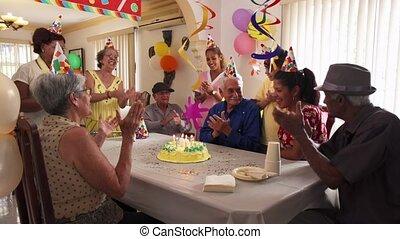 retraite, réunion famille, fêtede l'anniversaire, maison, célébration