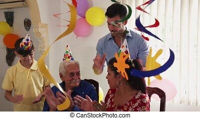 retraite, vieux, fêtede l'anniversaire, maison, homme, heureux