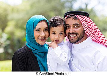 retrato, árabe, família jovem, ao ar livre