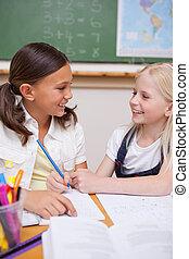 retrato, asignación, trabajando, alumnos, juntos, feliz