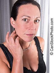 retrato, atraente, mulher, com, cabelo preto
