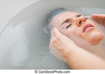 retrato, banheira, mulher, jovem, cansado