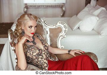 retrato, beleza, maquilagem, vestido, senhora, poltrona, moda, prom, noite, lasca, loura, partido, bonito, modernos, sensual, elegante, frames., sentando, mulher