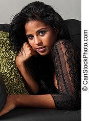 retrato, bonito, étnico, mulher, com, cabelo longo