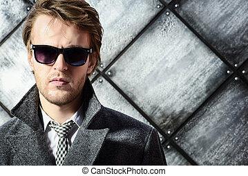 retrato, bonito, homem, jovem, sunglasses.