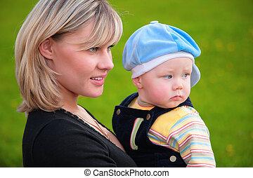 retrato, close-up, filho, mãe, mãos