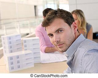 retrato, colegas, homem, escritório, sentando
