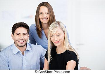 retrato, colegas, tres, empresa / negocio