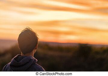 retrato, com, um, asiático, homem jovem, em, pôr do sol