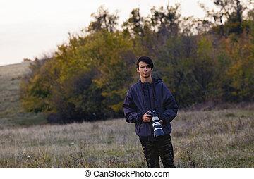 retrato, com, um, jovem, fotógrafo, em, natureza