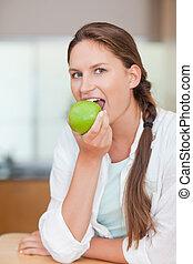retrato, comer mulher, maçã