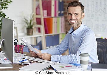retrato, computadora, trabajando, hombre