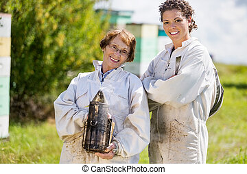 retrato, confiado, hembra, beekeepers