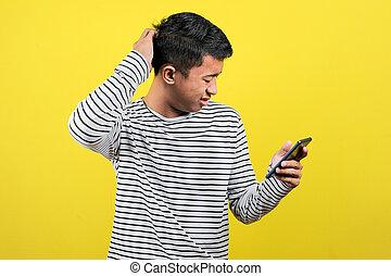 retrato, confundido, homem, olhar, amarela, smartphone, isolado