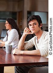 retrato, copo, homem, jovem, chá, sentando