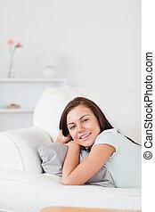 retrato, cute, sofá, mentindo, mulher