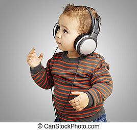 retrato, de, adorable, niño, con, auriculares, escuchar música, agai