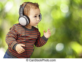 retrato, de, adorable, niño, con, auriculares, escuchar música, en, p