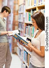 retrato, de, adultos jovens, estudar, um, livro