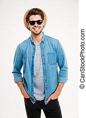 retrato, de, alegre, atraente, homem jovem, em, chapéu, e, óculos de sol