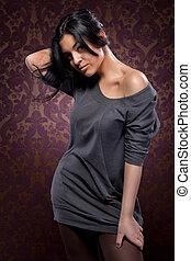 retrato, de, atraente, excitado, mulher, com, cabelo preto