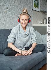 retrato, de, atraente, mulher, usando, esperto, telefone, escutar, para, música